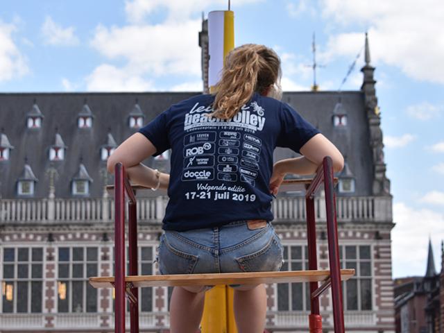 Scheidsrechter met Leuven Beach-shirt