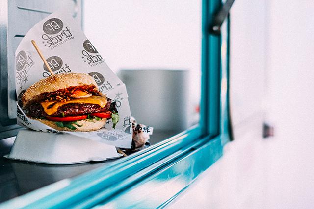 Hamburger op de toonbank van een foodtruck