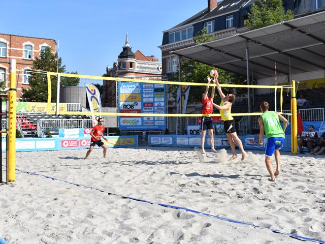 Vier mannen spelen volleybal tijdens het provinciaal toernooi van Leuven Beachvolley 2018